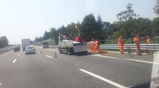 sistemazione guard-rail rotto da camion su a9 fino mornasco