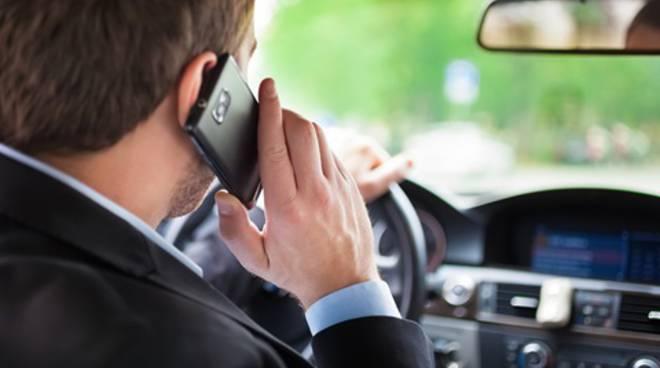 uso del cellulare in auto quando si guida
