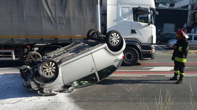 Vertemate e Lipomo, auto ribaltate in mezzo alla strada