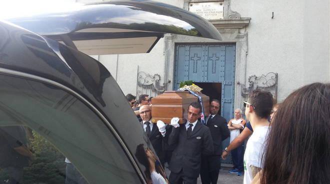 A Solzago il funerale di Simone Cardullo: lacrime e dolore