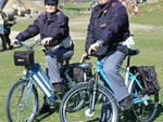 agenti di polizia con bicicletta pattugliano centro