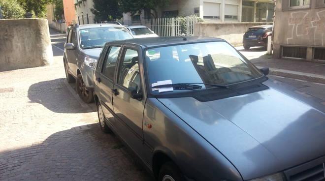 Auto in divieto di sosta davanti al passo carrabile: non si fa
