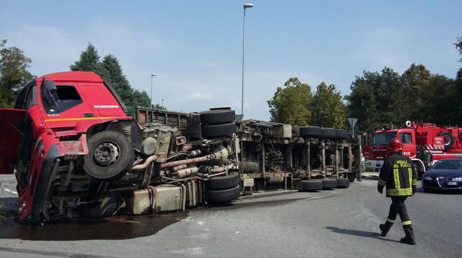 camion econord si ribalta a villaguardia per il peso recupero pompieri