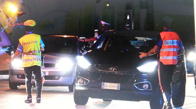 controllo strada posto di blocco carabinieri e polizia locale