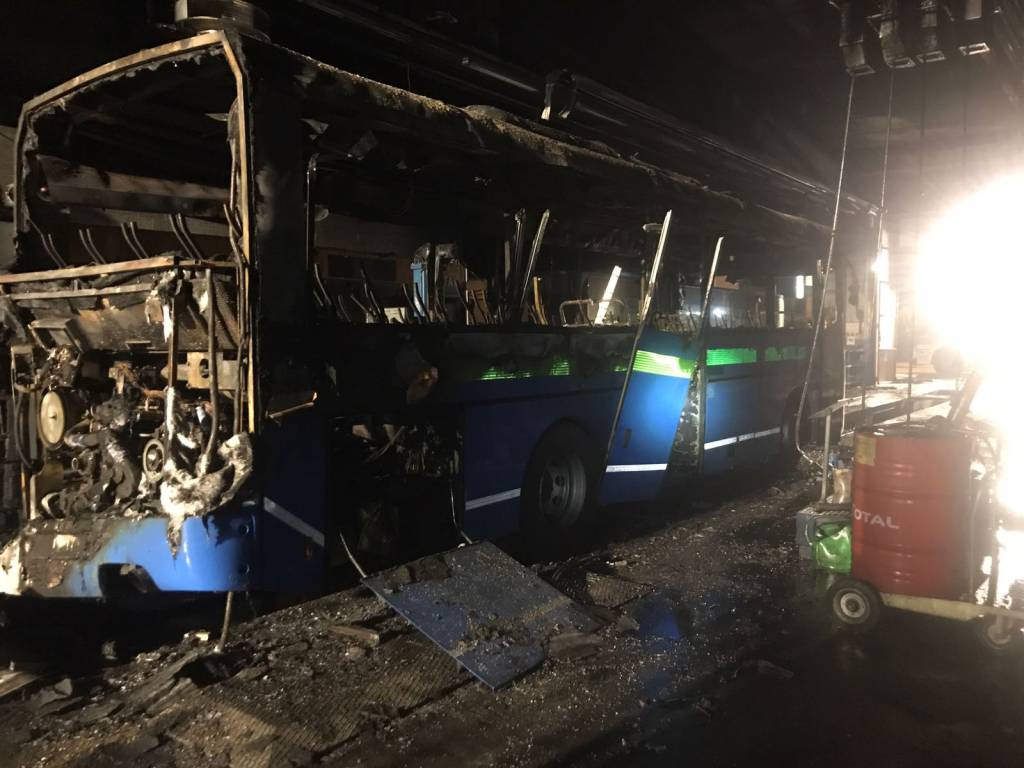 Incendio al deposito Asf di Tavernola: bus distrutto