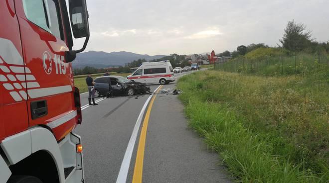 incidente frontale a villaguardia, auto ribaltata nel campo
