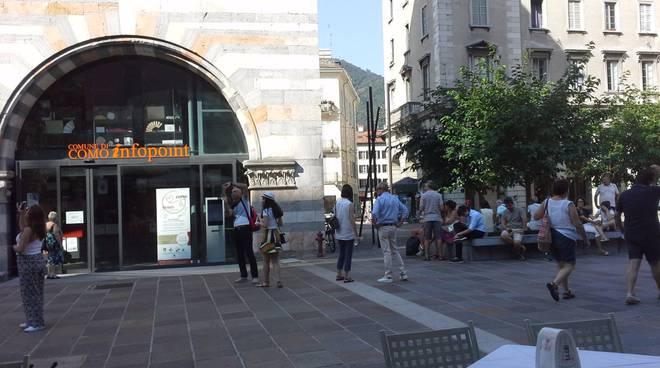 infopoint di como chiuso fino alle 10, tanti turisti ad aspettare