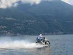 """Luca Colombo """"vola"""" con la sua moto sul lago di Como"""