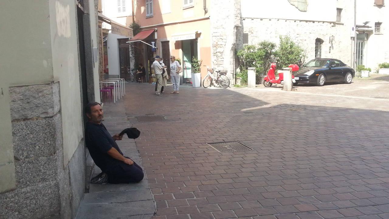 Mendicanti ed abusivi in centro Como: quanti sono !