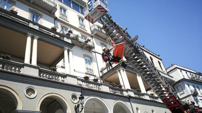 pompieri soccorrono con barella turista gran hotel cadenabbia a griante