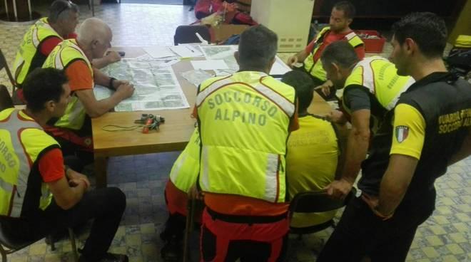 soccorso alpino e pompieri elicottero cercano turista tedesco vernaca