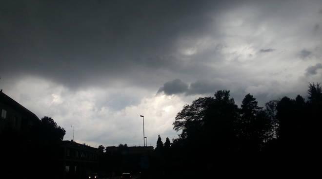 Tante sfumature di grigio nel cielo comasco: poi il temporale
