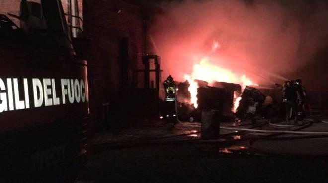 turate incendio deposito materiali edili via massina