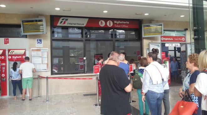 turisti a como stazione san giovanni coda per biglietti