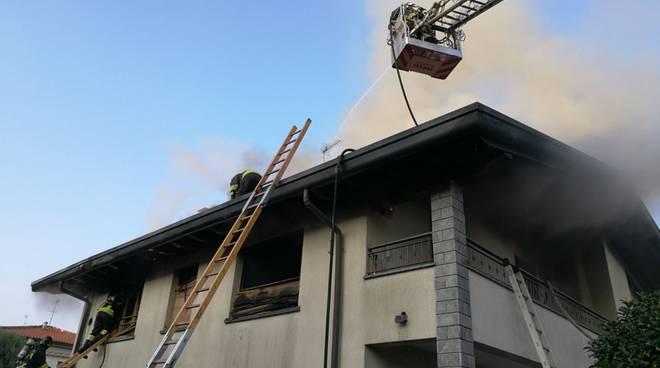Brucia il tetto a Cantù: fumo denso, tutti in strada