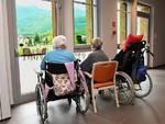 generica casa di riposo anziani seduti