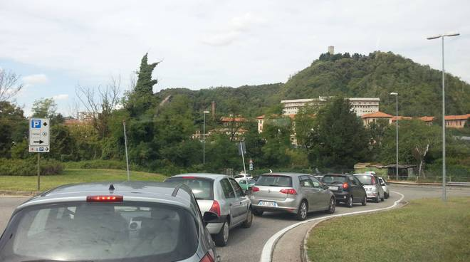Il caos di Camerlata per la chiusura del viadotto: tutti fermi
