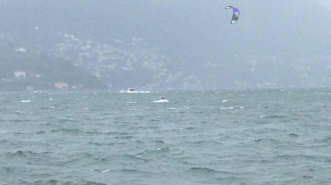 lago mosso, fanno kite surf davanti a villa olmo