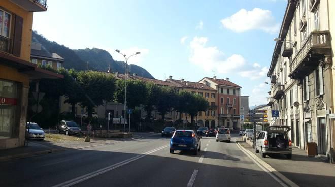 piazza san rocco a como tolte le panchine per i migranti
