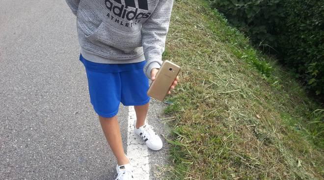 Quattro ragazzi trovano il cellulare per strada e lo restituiscono subito