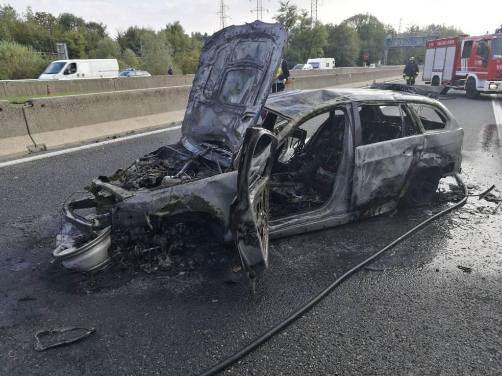 Auto prende fuoco sulla A9: paura per il conducente