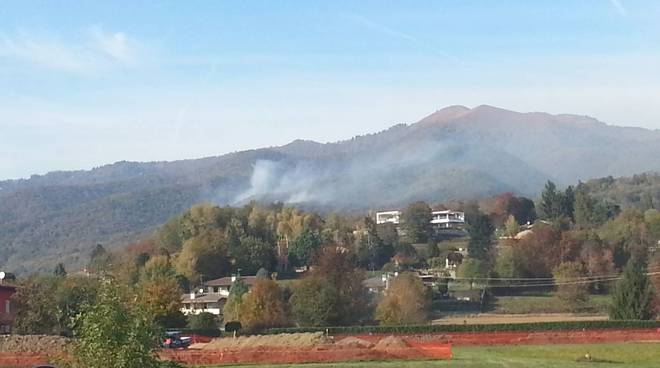 Il vasto incendio sopra Tavernerio: il fumo si vede da distante