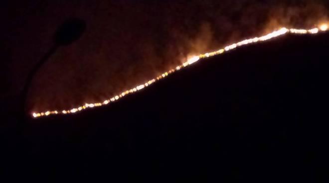 incendio monte colmenacco vista nella notte fuoco