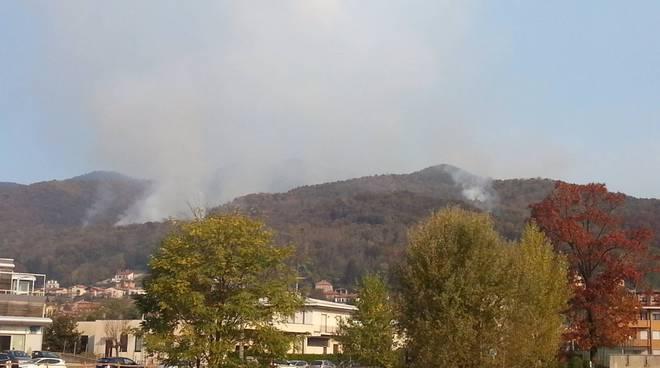 incendio tavernerio questa mattina, ancora fumo in montagna