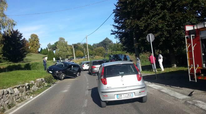 incidente capiago, auto fuori strada e sulla riva