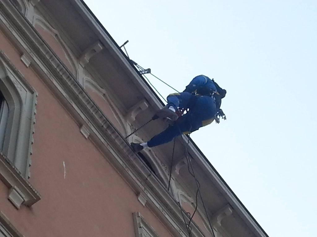 Operai-rocciatori danno spettacolo davanti a piazza Cavour