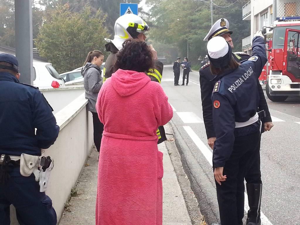 Via per San Fermo, papà incendia la casa: muore con i suoi figli