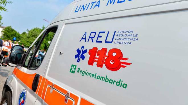 ambulanza 118 fiancata con insegne