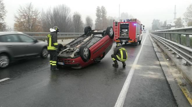 auto ribaltata sulla novedratese questa mattina pompieri