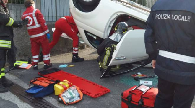 auto si ribalta via fornace a lipomo, ferita conducente
