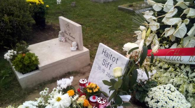 Camerlata, tanti fiori per i bimbi morti con il padre in casa
