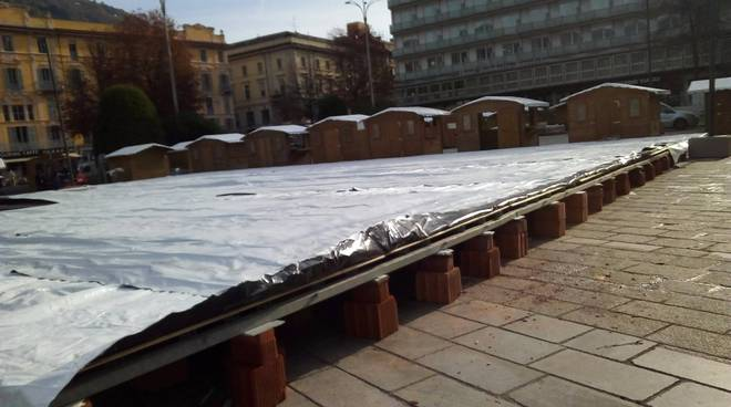 Como, i Balocchi 2017: pista del ghiaccio e casette del mercatino