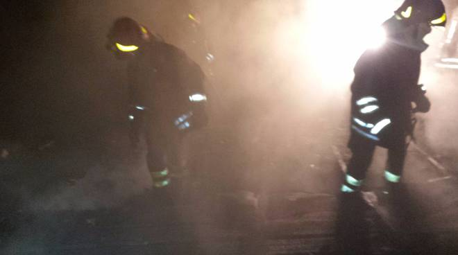 incendio tetto olgiate comasco, pompieri in azione