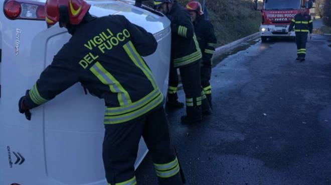 incidente albese, furgone si ribalta in strada sulla provinciale
