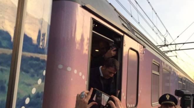 matteo renzi arriva in treno ad Asnago, poi centro studi per le mafie
