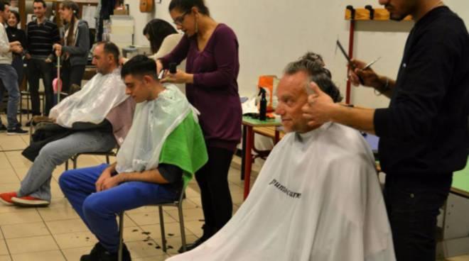 parrucchieri tagliano i capelli ai clochard al don guanella
