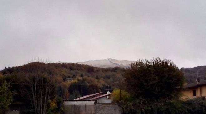 prima neve sulle montagne del comasco e tante nuvole