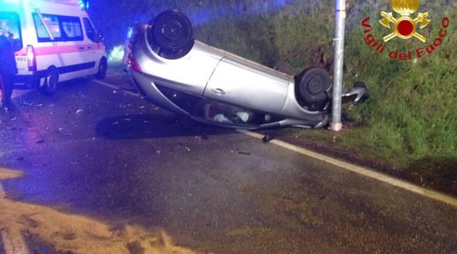 Scontro fra auto ad Asso: una si ribalta, ferito il conducente
