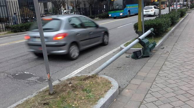 semaforo abbattuto in viale cavallotti a como, palina a terra