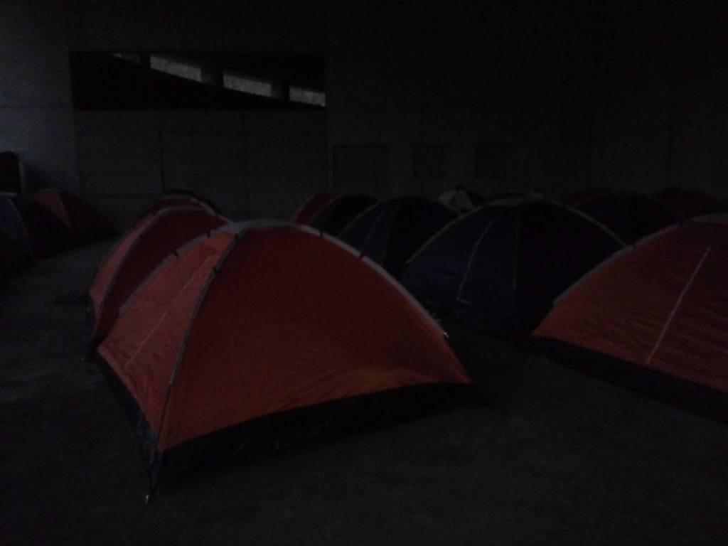 Tendopoli sotto l'autosilo della Valmulini: i migranti al riparo dal freddo