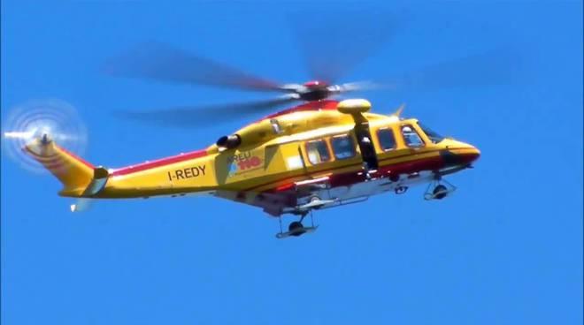 elicottero 118 di como in volo di lato