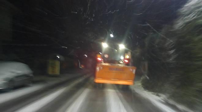 I primi fiocchi di neve sulle strade del comasco, spazzaneve in azione