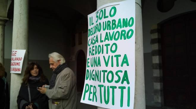Il bivacco solidale a Como: tanti a protestare