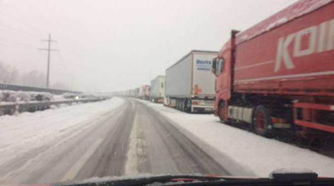 neve in ticino, camion fermi sull'autostrada a2