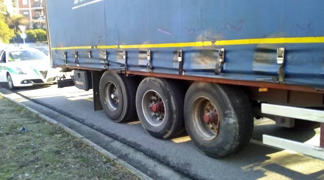 Altro tir che prova a passare sul viadotto dei lavatoi a Camerlata: si blocca