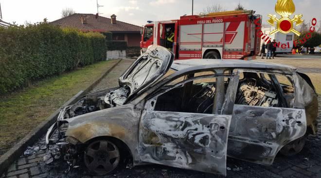 auto distrutta da un incendio a senna comasco via gaggio